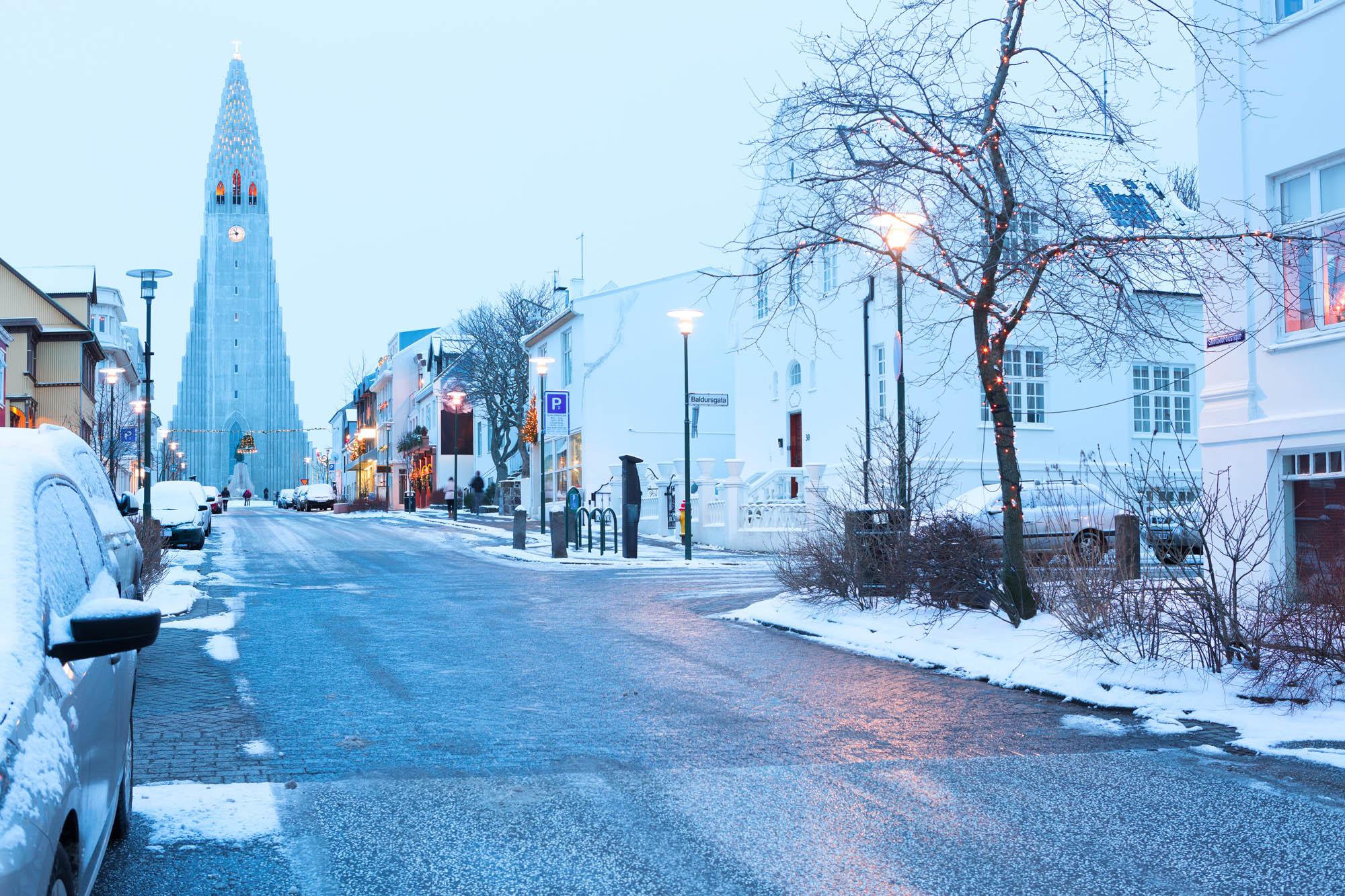 Hallgrimskirkja in Winter street view