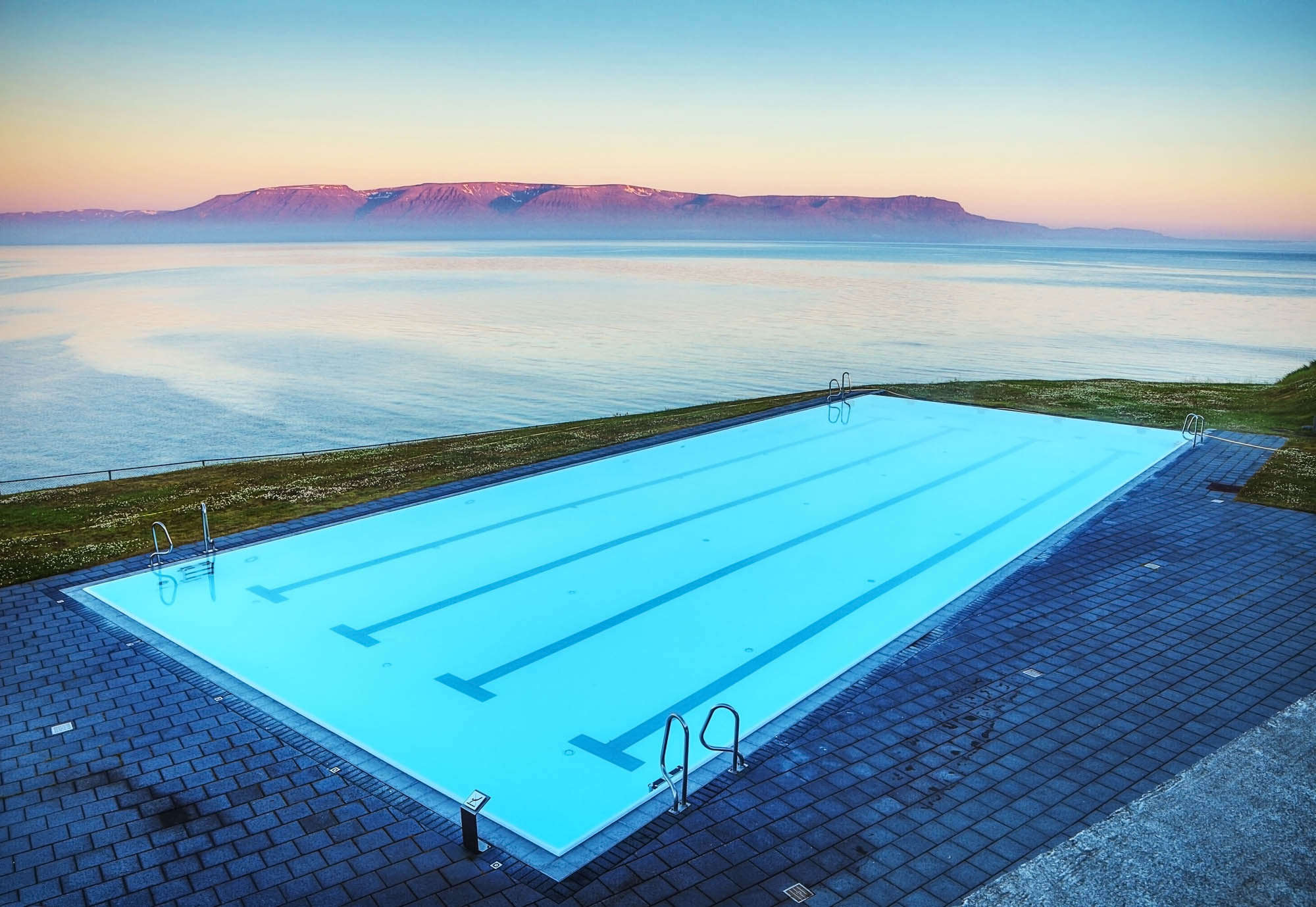 Infinity swimming pool in Hofsós - Iceland family trip